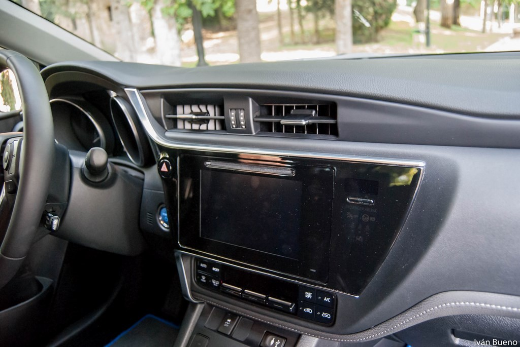 Toyota Auris Hybrid Feel! interior (3)
