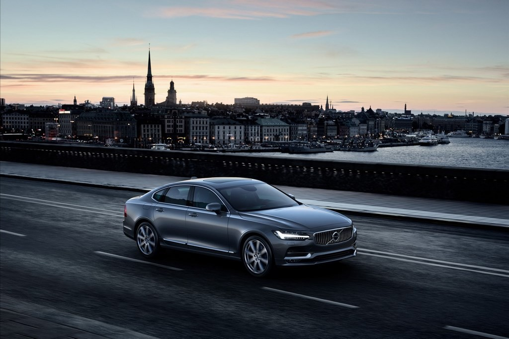 Location Front Quarter Volvo S90 Osmium Grey