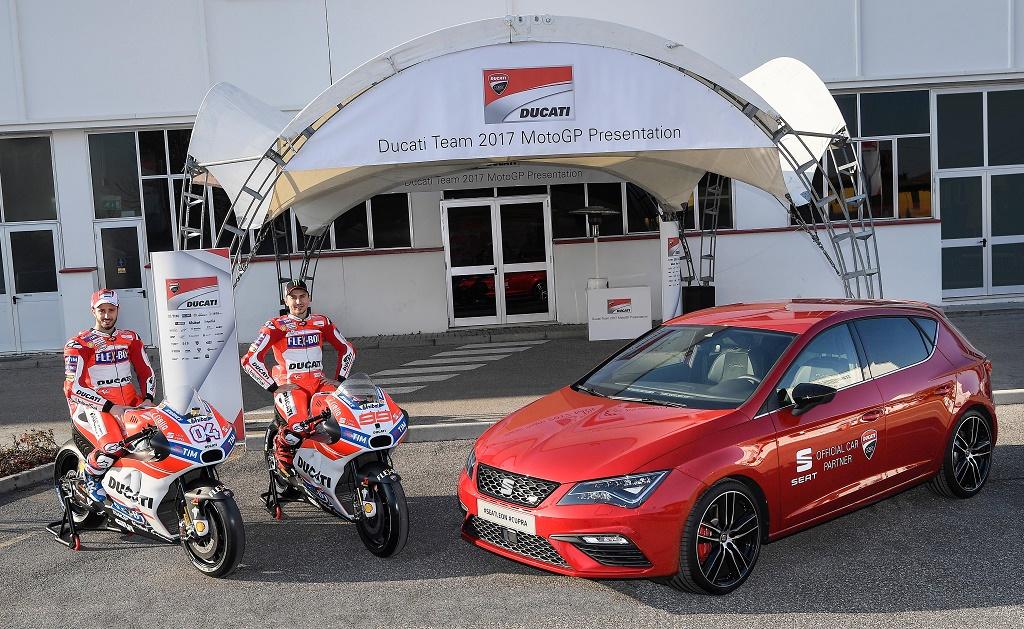 El SEAT León Cupra, coche oficial del equipo Ducati de MotoGP